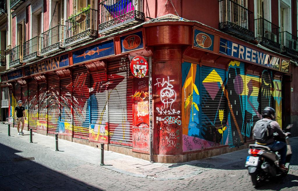 Gadekunsten i Malasaña-kvartertet er kontant og kantet